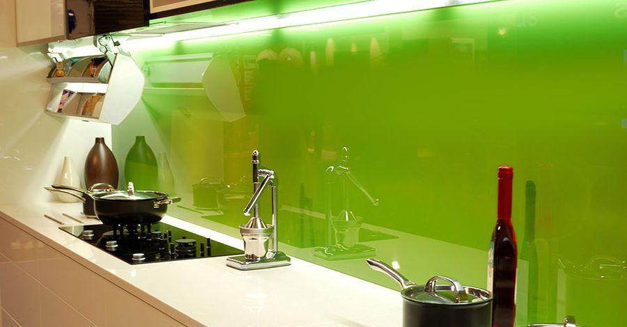 Zielone szkło lacobel nad blatem w kuchni