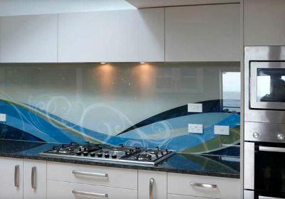 Szkło bezbarwne nad blatem w kuchni z fototapetą