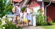 rodzina-przed-domem